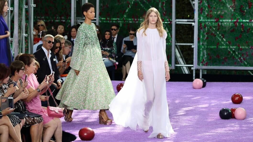 FØRSTEMANN UT: 14 år gamle Sofia Mechetner åpnet visningen til Dior under Couture Fashion Week. Foto: DPA