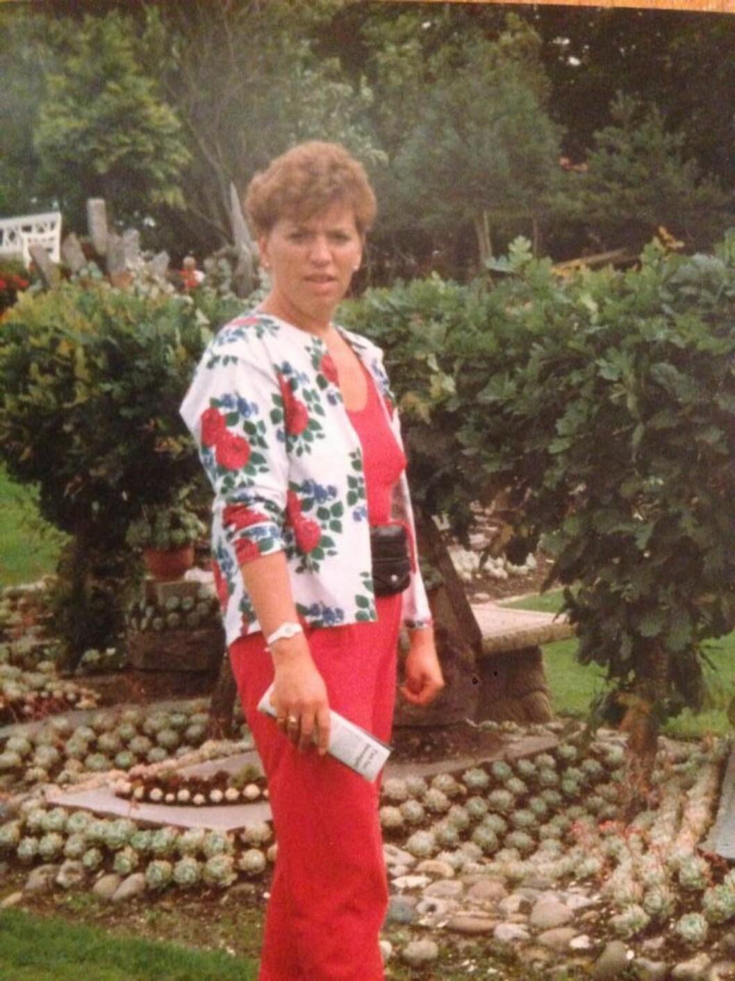POPULÆR: Moren til Katrine, Evy, var godt likt og hadde mange venner. Her fra ferie i Danmark på 90-tallet. – Mamma var alles mor, hun, minnes Katrine. Foto: Privat