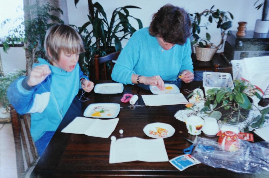 BARNDOMSMINNE: Katrine og Evy syr grønnlandsperler hjemme på Herland. Katrine er rundt 10–12 år gammel. Foto: All Over Press Norway