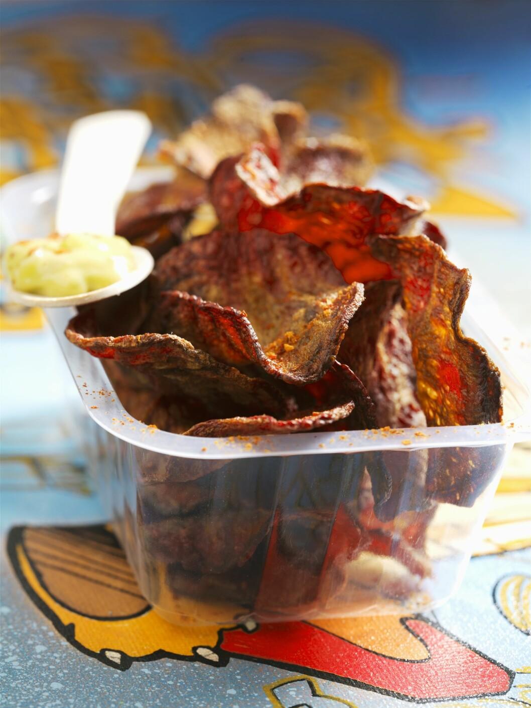 GRØNNSAKSCHIPS: Det er blitt svært populært å lage chips, spesielt av rotgrønnsaker. Her er det bare å prøve seg fram, og krydre med ditt favorittkrydder.  Foto: Scanpix