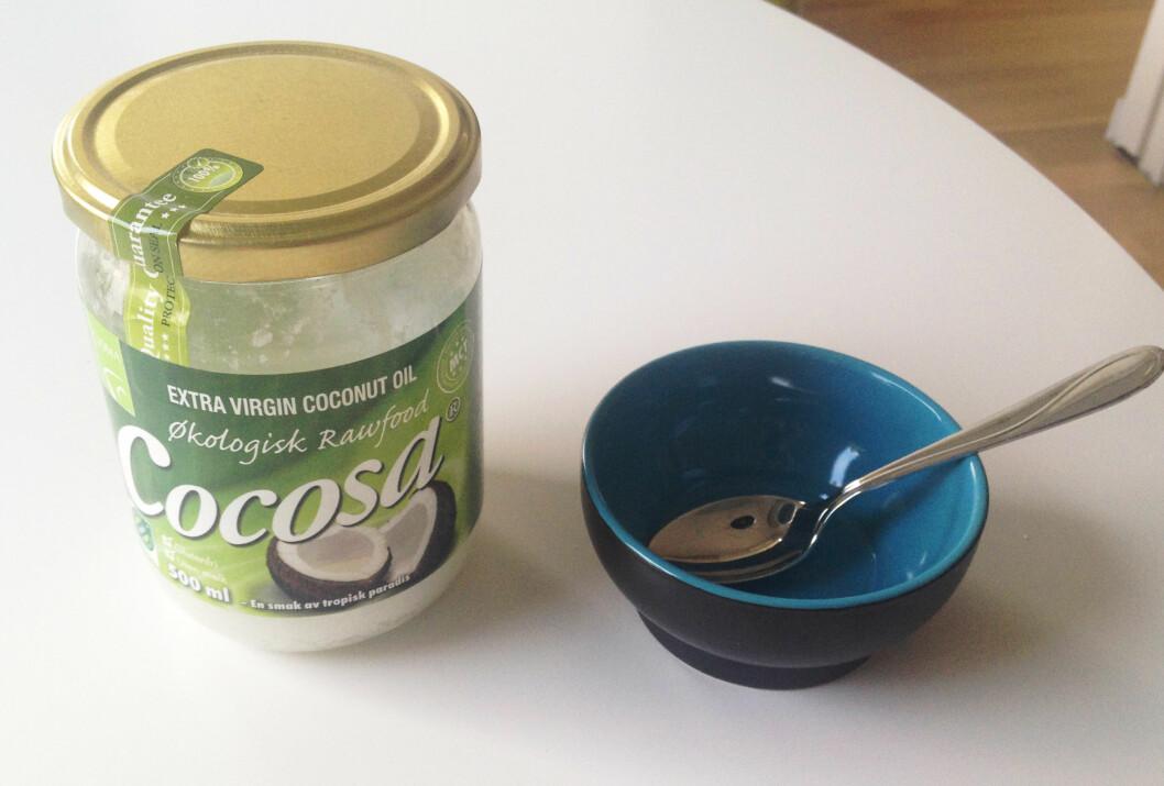 KOKOSOLJE: - Kokosolje er et omdiskutert tema. Alle helsefordelene som det hevdes du kan oppnå ved å spise kokosolje er ikke godt nok dokumentert, forteller ernæringsrådgiveren.  Foto: Aina Kristiansen
