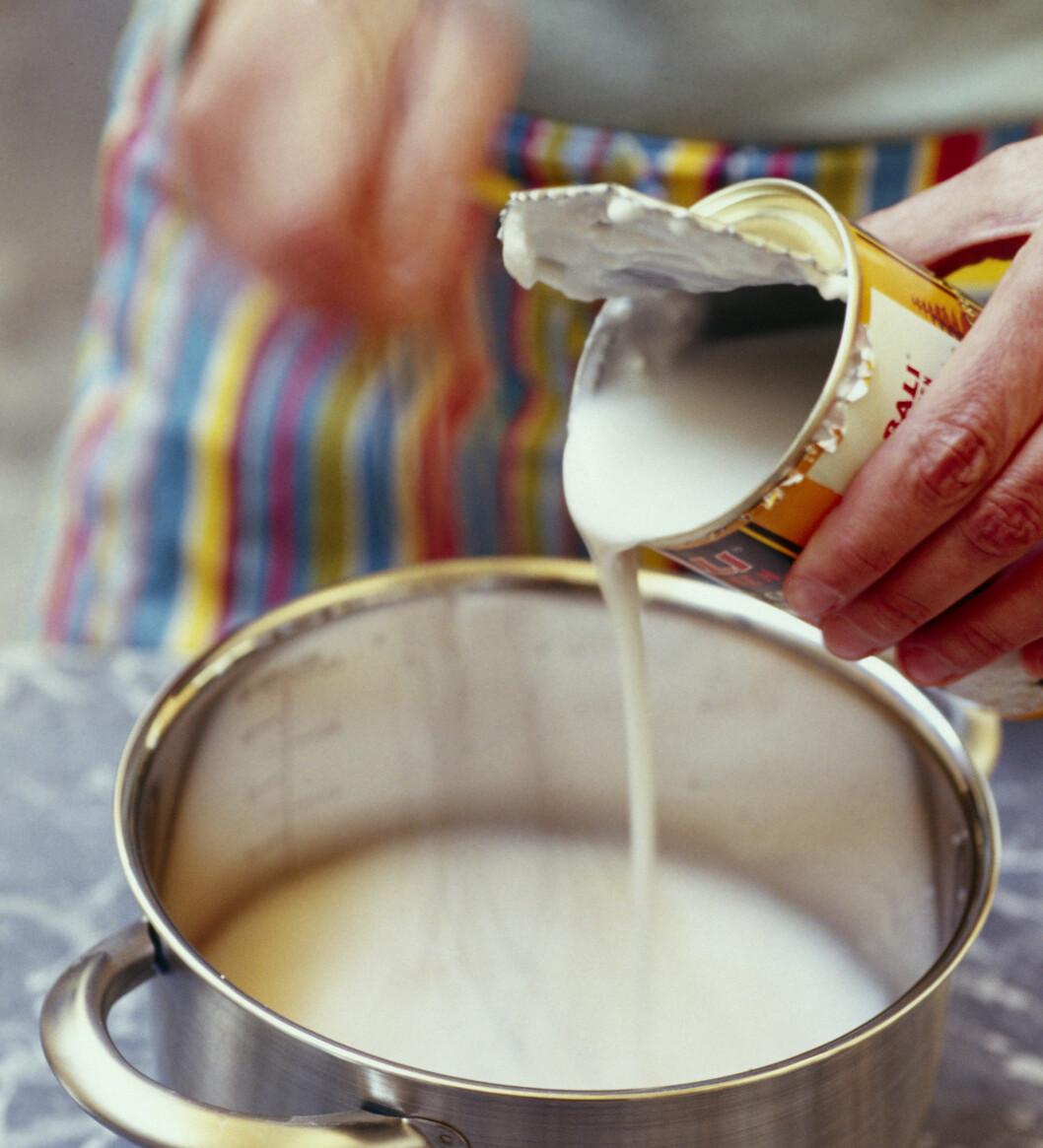LETT KOKOSMELK: Dersom du bruker mye kokosmelk, så kan det være en fordel å variere mellom den lette og vanlige varianten, ettersom også kokosmelk er en kilde til mye mettet fett.  Foto: Fotolia