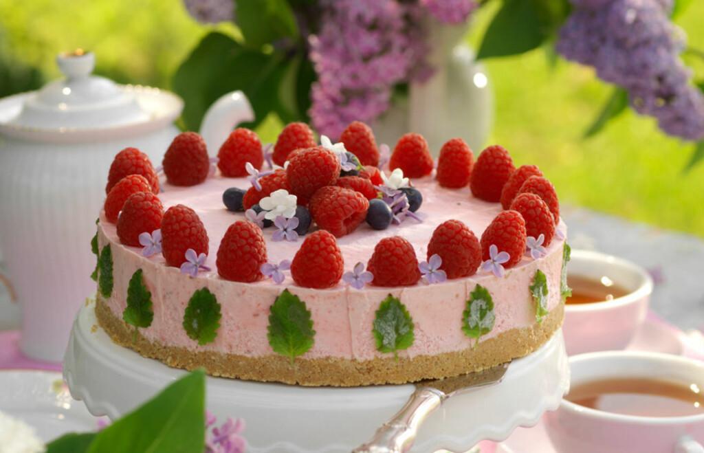 LUKSUS BRINGEBÆROSTEKAKE: Kaken er like god som den er vakker! Denne kaken kan du lage i god tid før servering og fryse eller sette i kjøleskapet. Lag kaken glutenfri ved å bruke glutenfrie digestive kjeks. Foto: All Over Press