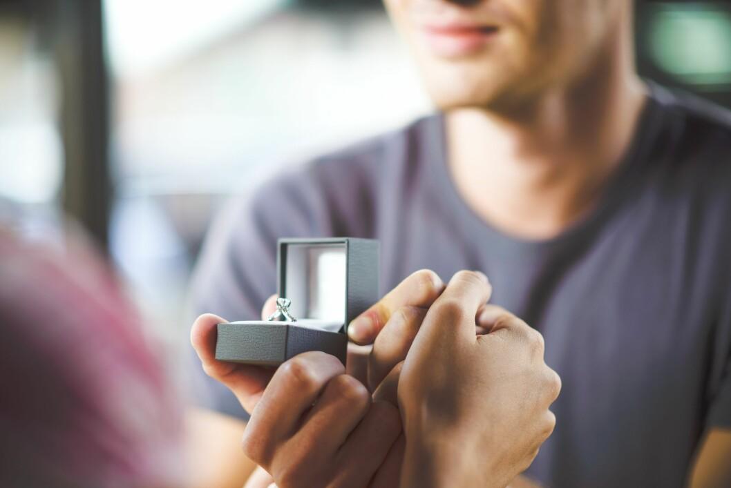 TØR IKKE FORTELLE DET: Eksperten tror det er mange kvinner som ikke er fornøyde med ringen sin, men som ikke tør å fortelle det til partneren.  Foto: clownbusiness - Fotolia