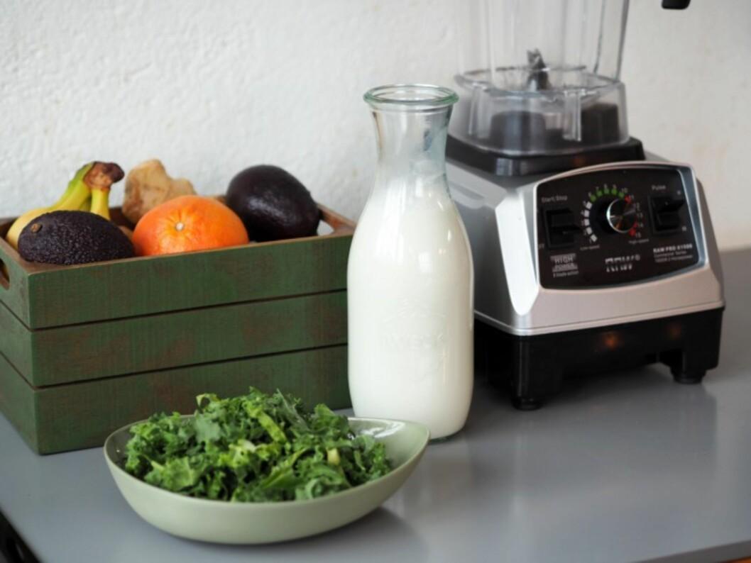 <strong>SUNT:</strong> Frisk frukt, mandelmelk og grønnkål er gode ingredienser for en næringssrik frokostsmoothie. Foto: Julie Ilona Balas, Juliesmatblogg.no