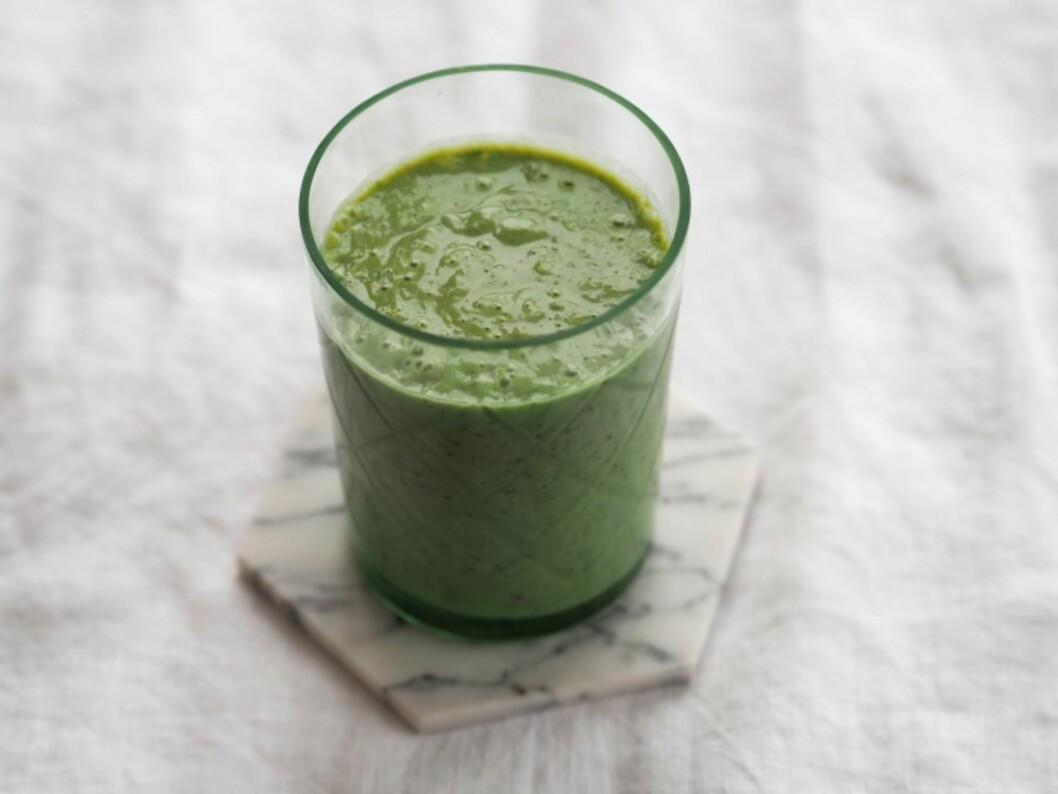 <strong>GRØNNKÅL:</strong> En grønn smoothie laget på blant annet grønnkål og mandelmelk vi gjøre deg godt i dagens første timer. Foto: Julie Ilona Balas, Juliesmatblogg.no