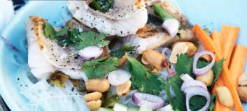 Sprøstekt fisk med glassnudelsalat og peanøtter