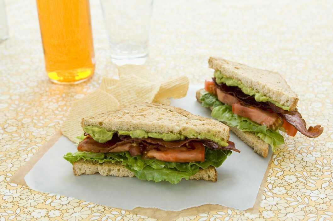 BALT: En klassisk BLT blir enda bedre med litt avokado, og utgjør et stort og mettende måltid. Foto: Scanpix/NTB