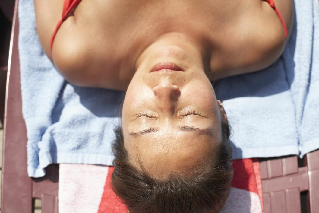 SMINKEFRI: Du kan gjerne gå for en litt lettere sminke i sommer - litt frisk farge i kinnene gjør at du ser fresh ut uansett.  Foto: Scanpix Norway