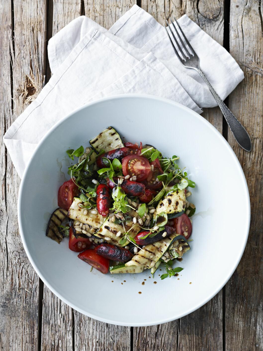 Salat à la ratatouille med chorizo og korn Foto: All Over Press