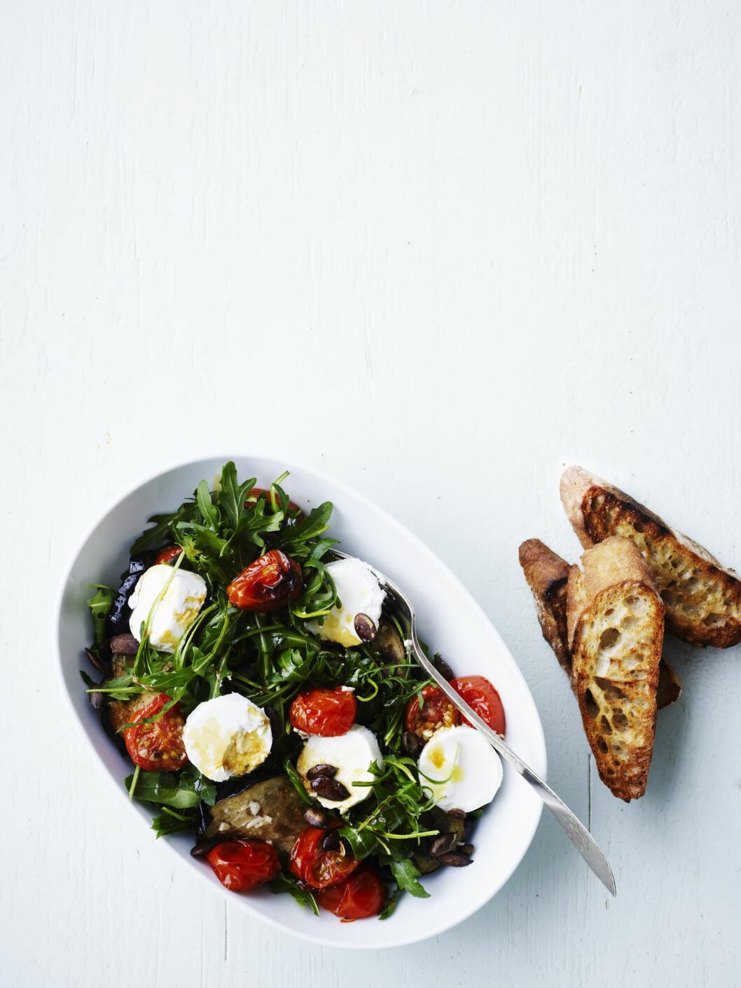 Salat med chevre og bakte tomater Foto: All Over Press