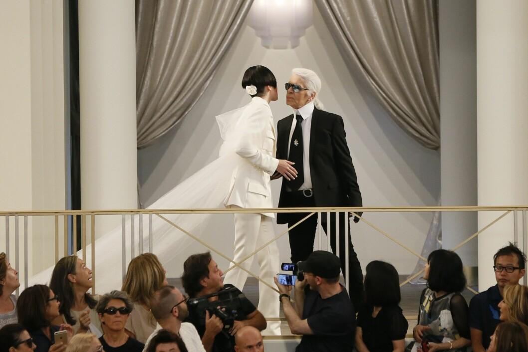 KENDALL + KARL: 19-åringen avsluttet visningen sammen med Lagerfeld i Grand Palais. Foto: Afp