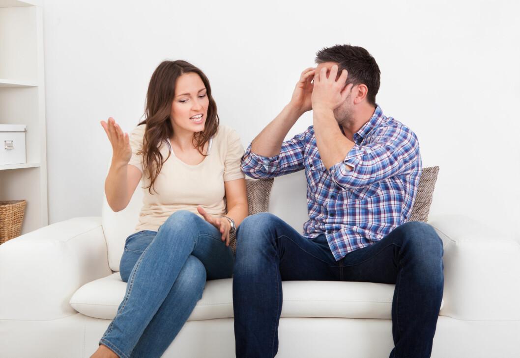 SETT GRENSER SAMMEN: Dersom du er ukomfortabel med at partneren din kikker på andre damer på nett anbefaler eksperten deg å snakke med han om det.  Foto: apops - Fotolia