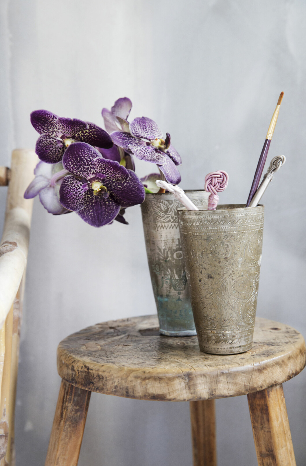 <strong>VAKKERT:</strong> En orkidé i et gammelt krus er nydelig pynt. Foto: Yvonne Wilhelmsen