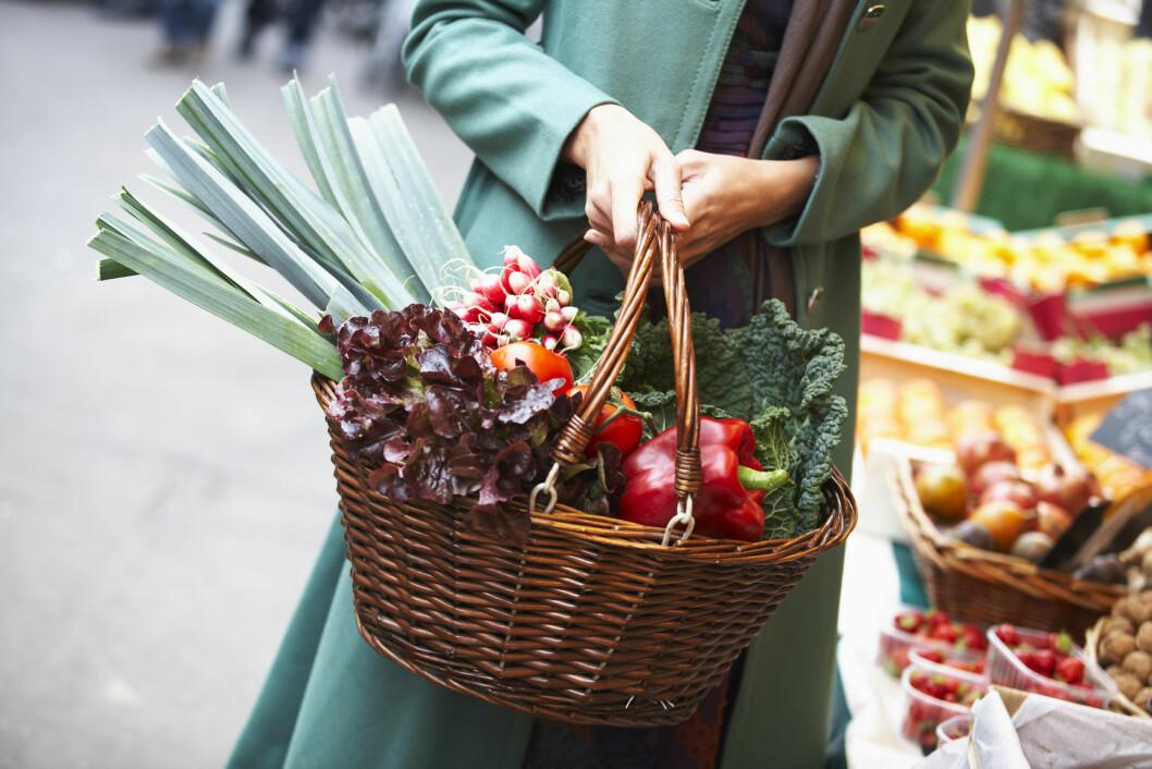 GRØNT: Ja, du kan også få i deg jern gjennom vegetabilske matvarer som spinat, persille og rødbeter. Men disse tas ikke like lett opp i kroppen som fra animalske. Foto: Scanpix/NTB