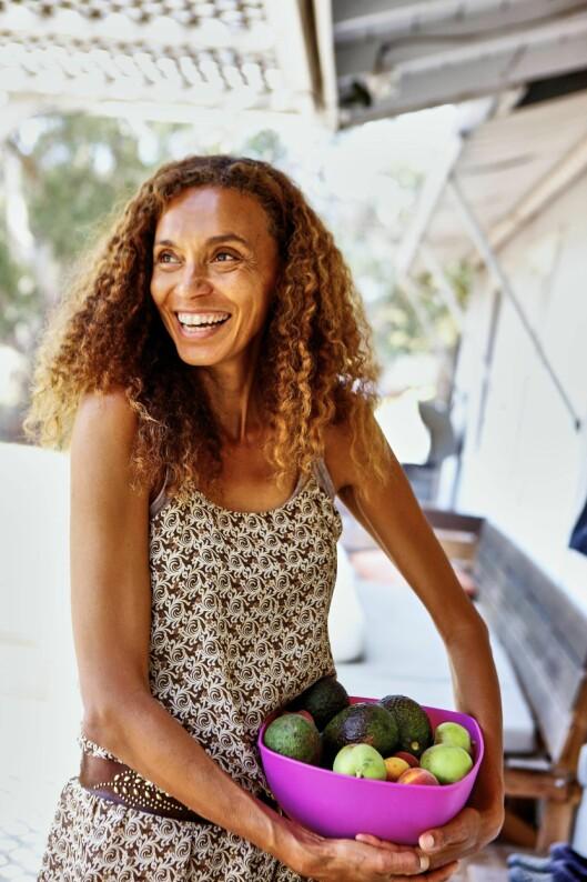 <strong>LAGER MAT TIL KJENDISENE:</strong>  Svenske Helene har i mange år servert økologisk gårdsmat til Hollywoods kjendiser. I tillegg driver hun restaurant på Malibu Pier. Foto: Martin Löf
