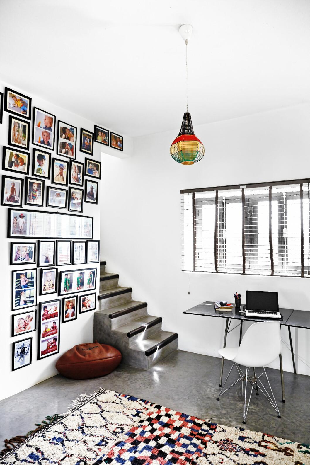 <strong>INSPIRERT AV 50-TALLET:</strong> Interiørstylisten Emma lar seg inspirere av 50-tallet. På gulvet lyser et marokkansk Azilal-teppe opp, fra beldirugs.com. Skrivebordet er designet av danske Arne Jacobsen. Stolen er en Eames-klassiker. I midten av kontoret henger en 50-tallslampe i farget plast. Den er funnet på loppemarked i Marrakech, i likhet med stålampen med tre lampeskjermer. Den  lille trappen fører opp til en takterrasse, som ikke er helt ferdig enda.   Foto: Birgitta Wolfgang Dreyer
