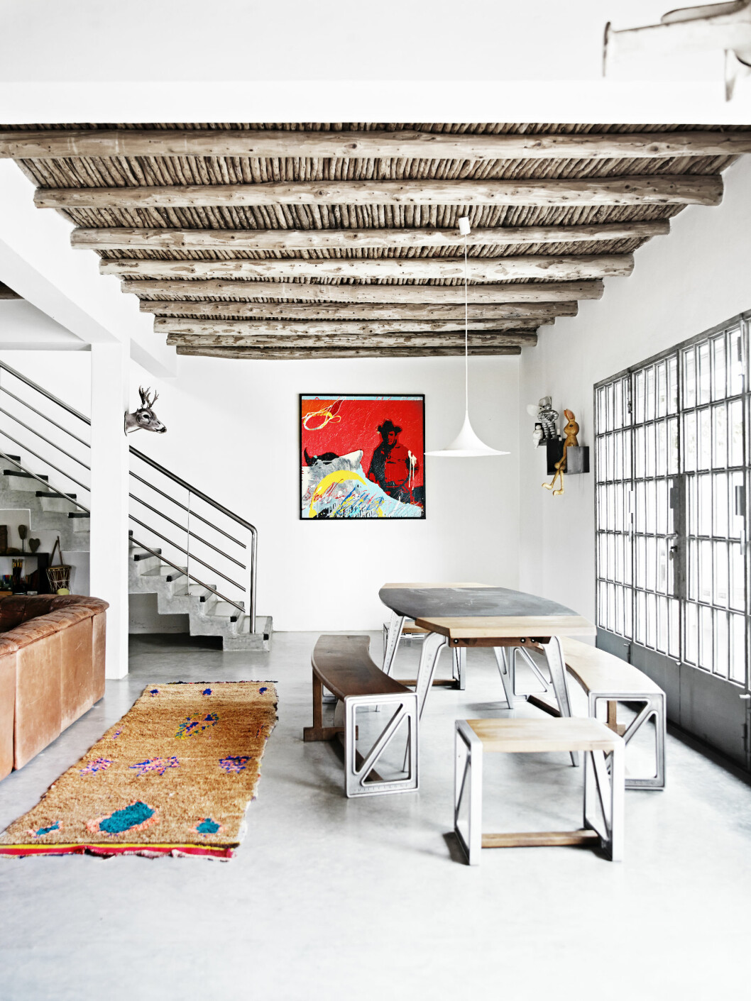 <strong>BETONG OG TRE:</strong> De Sede sofa og bord, begge er vintage fra 50-tallet og kjøpt i London. Berberteppene er fra beldigrugs.com og er stuens myke midtpunkt. De gir rommet et varmt og enkelt uttrykk. Foto: Birgitta Wolfgang Dreyer
