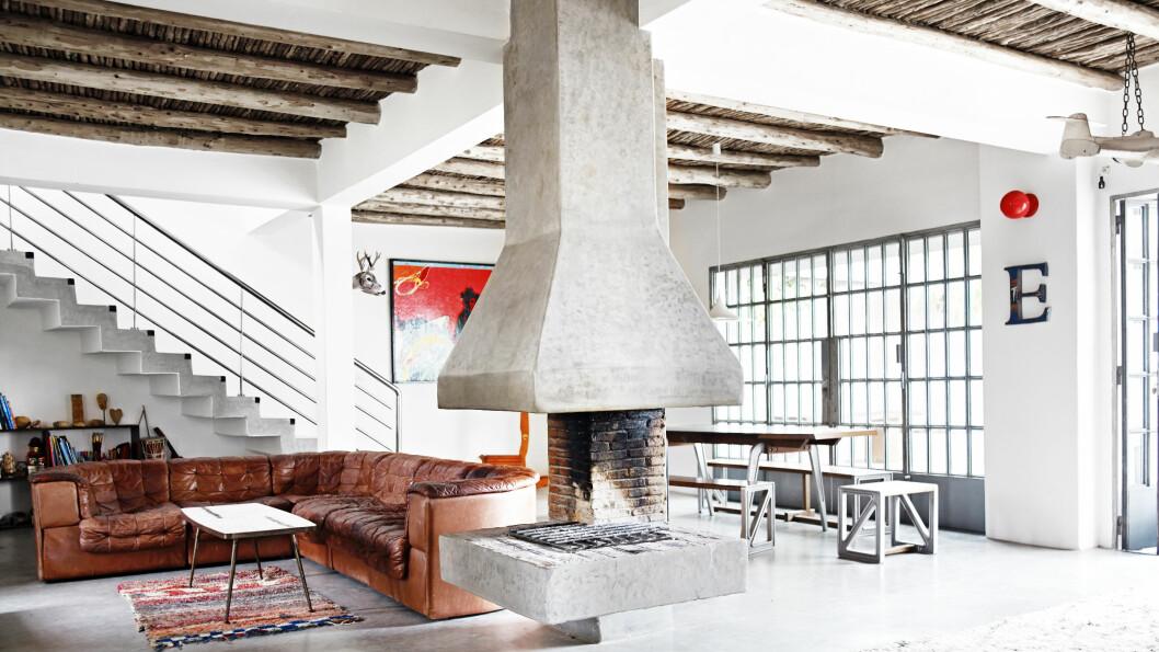 <strong>VINTAGE:</strong> De Sede sofa og bord, begge er vintage fra 50-tallet og kjøpt i London. Berberteppene er fra beldigrugs.com og er stuens myke midtpunkt. De gir rommet et varmt og enkelt uttrykk.  Foto: Birgitta Wolfgang Dreyer