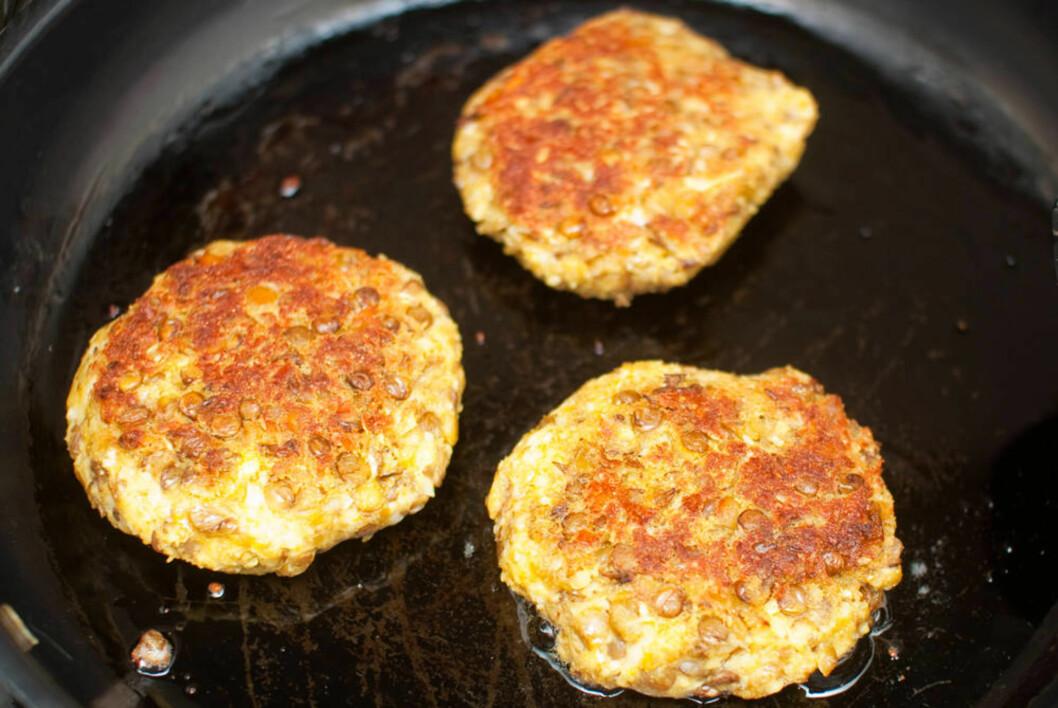 10 MINUTTER: Varm opp olje til medium/høy varme i en panne og stek burgerne gylne på hver side, og på ti minutter har du deilige blomkålburgere klare til middag. Foto: Mari Hult, Vegetarbloggen.no
