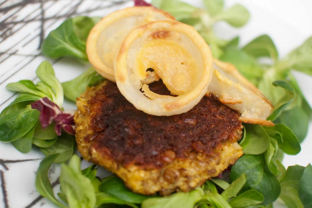 BLOMKÅLBURGER: Denne burgeren er full av gode smaker fra spennende krydder og sunne ingredienser.  Foto: Mari Hult, Vegetarbloggen.no