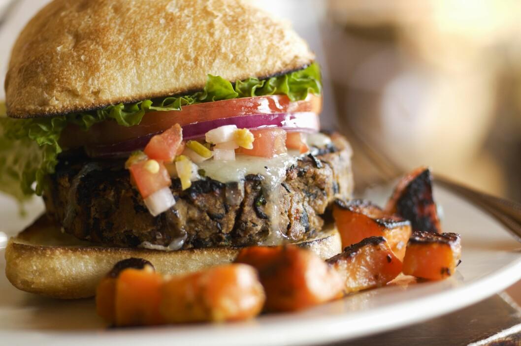 HELT UTEN KJØTT: Du skulle ikke tro at denne saftige burgeren var laget helt uten kjøtt! Vegetarmat smaker langt bedre enn du kanskje tror. Foto: Scanpix/NTB