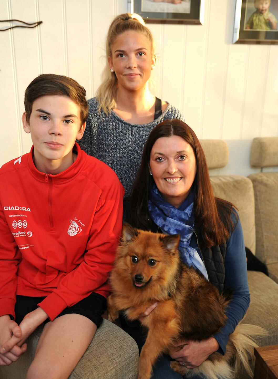 TOBARNSMOR: – Å være mor, er min viktigste rolle, sier Monica. Her sammen med datteren Anette (18), sønnen Preben (14) og hunden Daisy (1).  Foto: Marianne Otterdahl-Jensen