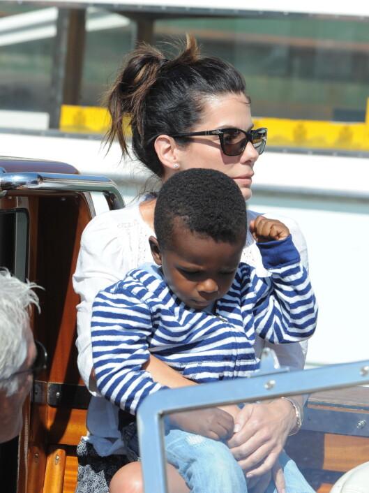 MANNEN I HENNES LIV: Single Sandra er en dedikert mor for sønnen Louis, som hun adopterte i 2011.  Foto: wenn.com