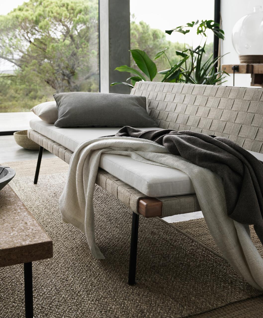 <strong>NATURMATERIALER:</strong> Crawford bruker mye naturmaterialer i sitt design. Bordene har korkplater og stålunderstell med messingdetalj, mens lamper og andre detaljer er i for eksempel bast.  Foto: IKEA