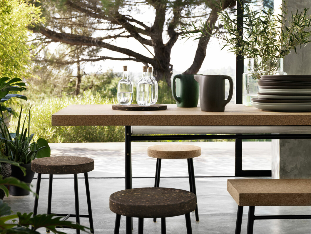 <strong>KORK:</strong> Bordene, benkene og stolene har korkoverflate.  Foto: IKEA