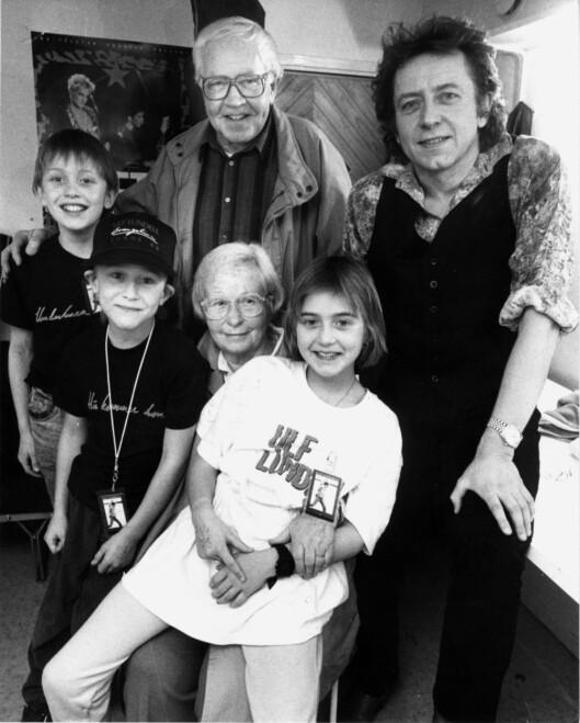 Ulf Lundell med sie foreldre og barn. Sanna sitter forrest til høyre på bildet. Foto: Scanpix