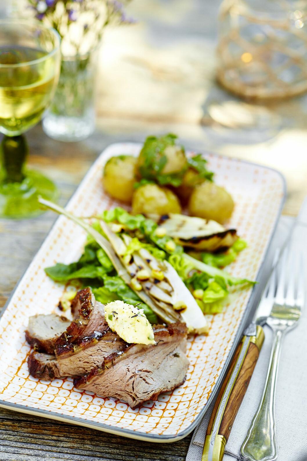 <strong>NAM:</strong> Perfekt grillet flatbiff, spennende salat og deilige poteter dekket i løpstikkesmør. Foto: All Over Press