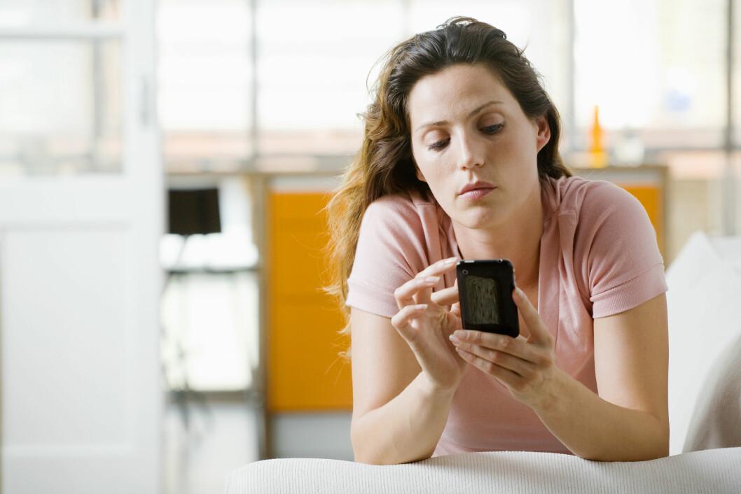 SMARTTELEFON: Naprapat Kenneth Andersen har mange pasienter som har pådratt seg ryggsmerter på grunn av smarttelefon Foto: Scanpix