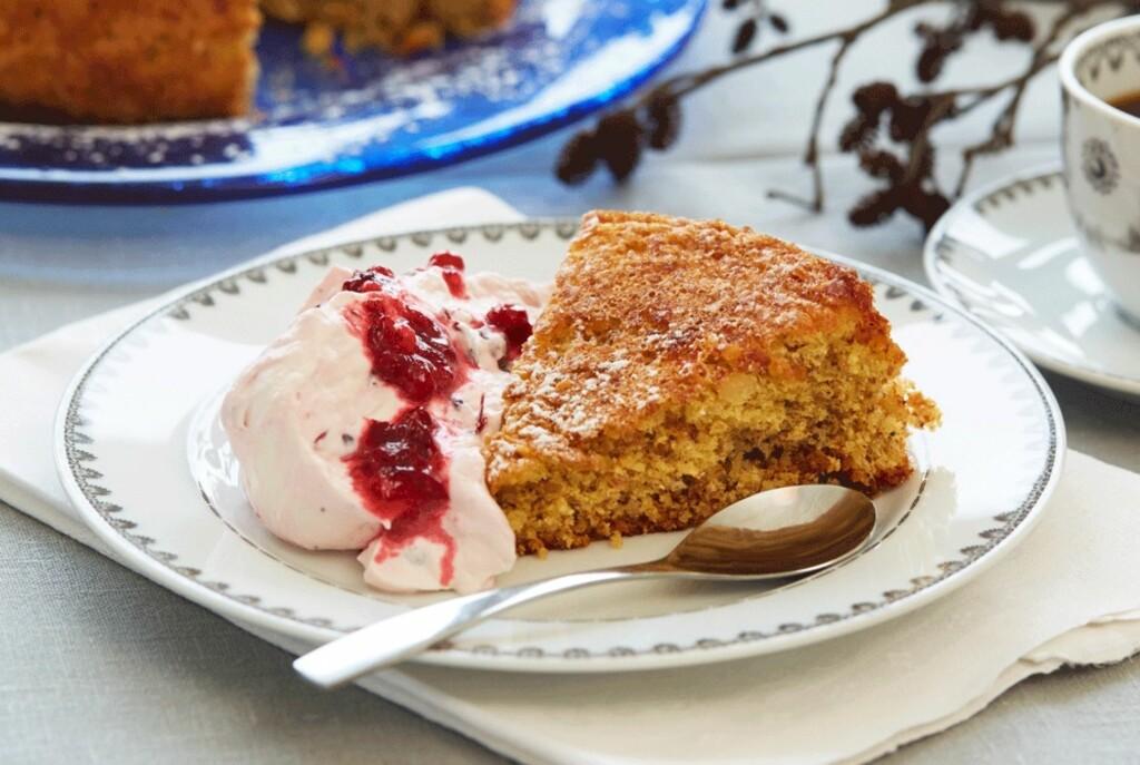 GODT MED TILBEHØR: Spis mandelbrødet med tyttebærkrem eller med sesongens bær og is. Foto: Synøve Dreyer