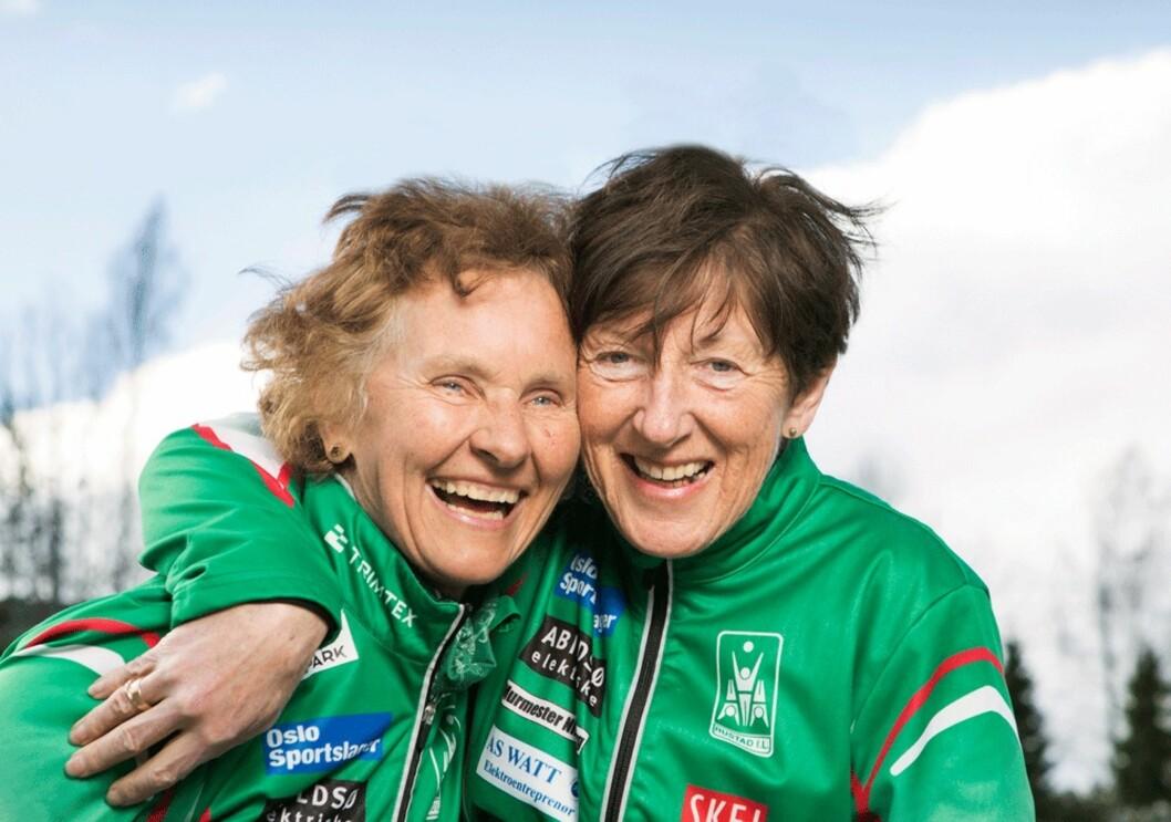 VETERANENE: – Vi er overbeviste om at treningen har hjulpet oss gjennom sykdommen, sier Astrid Svanes Bertelsen (71) og Marit Sønsteli (66). De har begge hatt brystkreft og stiller stadig i konkurranser. Foto: Ellen Johanne Jarli