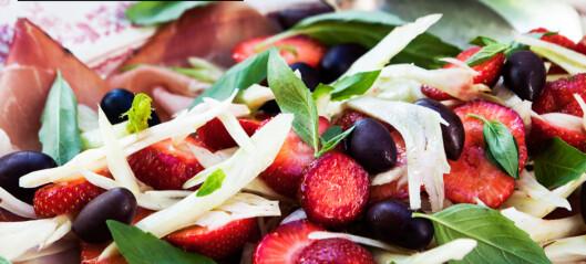 Fennikelsalat med jordbær, oliven og parmaskinke