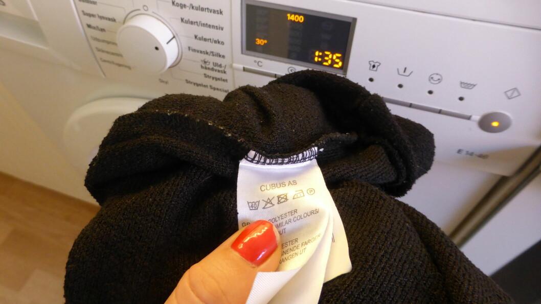 """FØLG TEMPERATUREN: Følg alltid vaskeanvisningen - og spesielt ved første vask. Dersom du skal være """"forsiktig"""" og vaske det nye plagget på lavere temperatur enn det du hadde tenkt, så kan du risikere og løse opp fargen.  Foto: Tone Ruud Engen"""