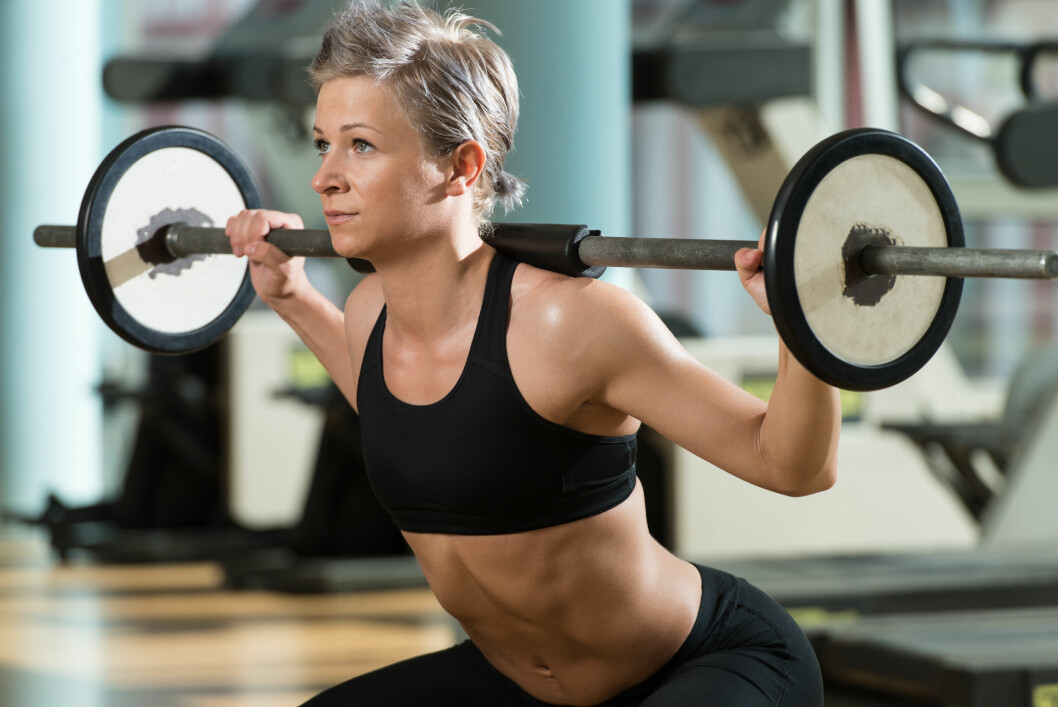 Beautiful Fit Woman Doing Barbell Squats In The Gym Foto: Fotolia