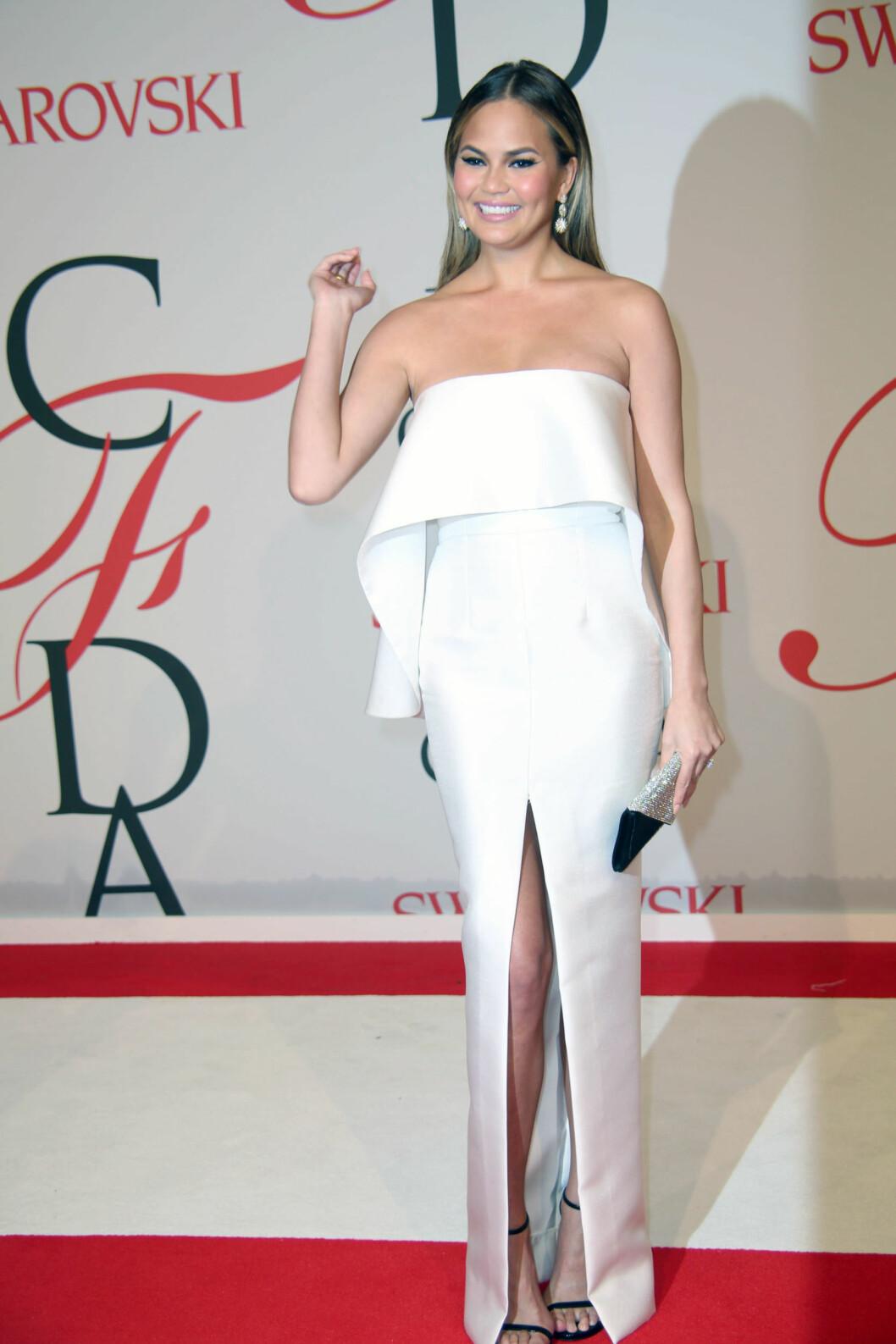 SPLITT: Chrissy Teigen (29) velger ofte litt utfordrende kjoler. Foto: Zuma Press