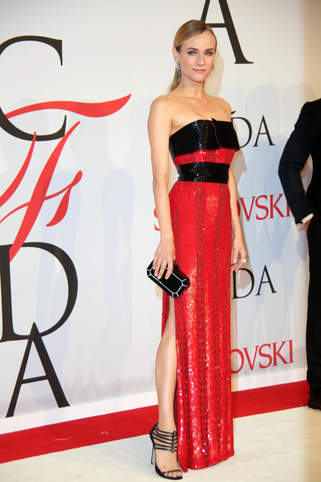 RØDT OG SORT: Diane Kruger (38) i kjole med høy splitt. Foto: Zuma Press
