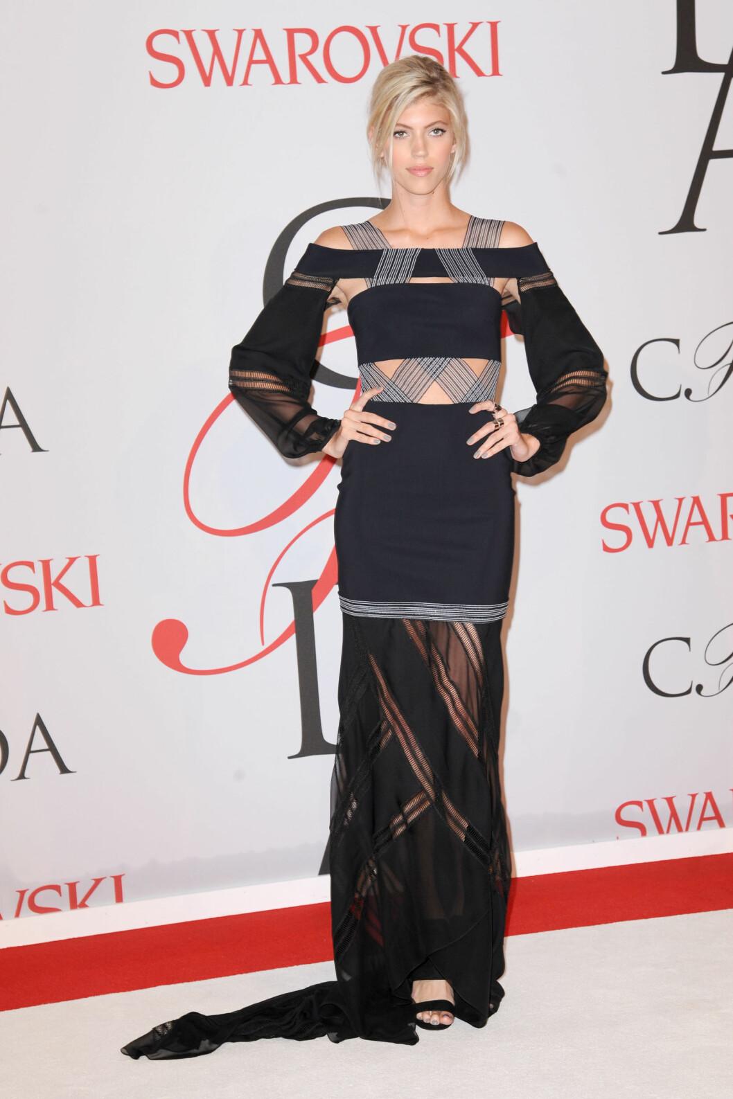 DETALJER: Modellen Devon Windsor (21) stilte i en av kveldens mer detaljerte kjoler. Foto: Zuma Press