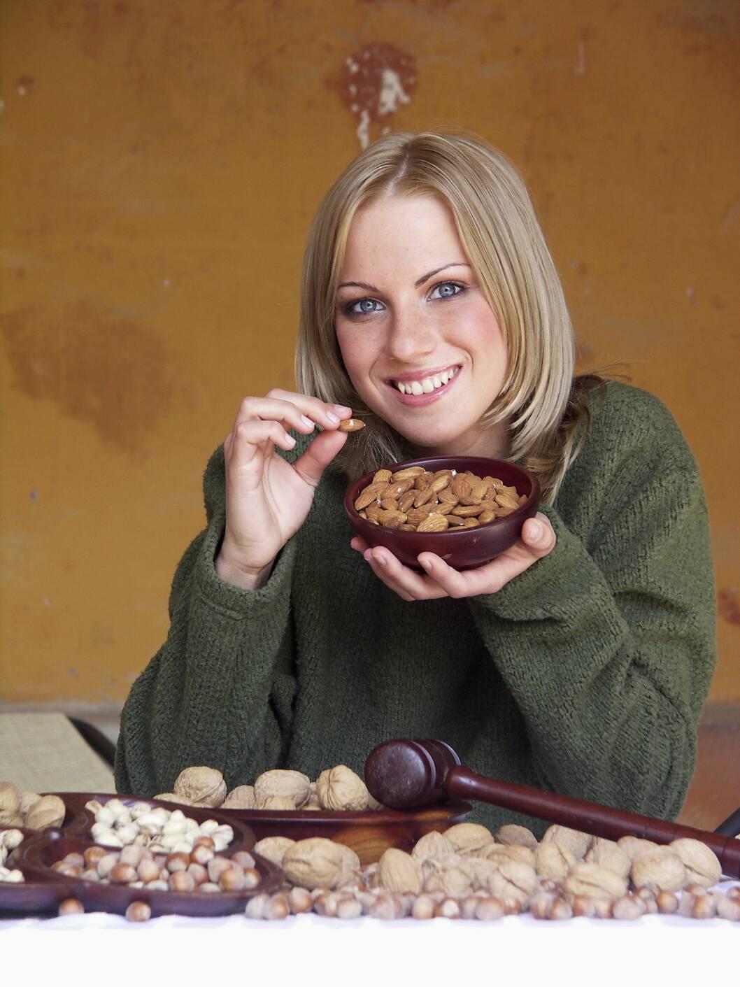 MANDLER: Mandler har en god sammensetning av næringsstoffer og mindre kalorier, og er derfor det beste valget du kan ta. Foto: Scanpix/NTB