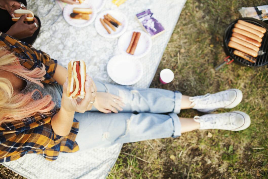 LITT ER LOV: Litt kos er det lov til å unne seg, men ikke la det bli bare grillpølser og potetsalat denne måneden. Foto: Scanpix/NTB