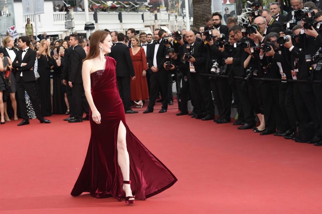 POSERER: Fotografene knipser Julianne Moores flagrende kjole. Foto: Afp Scanpix