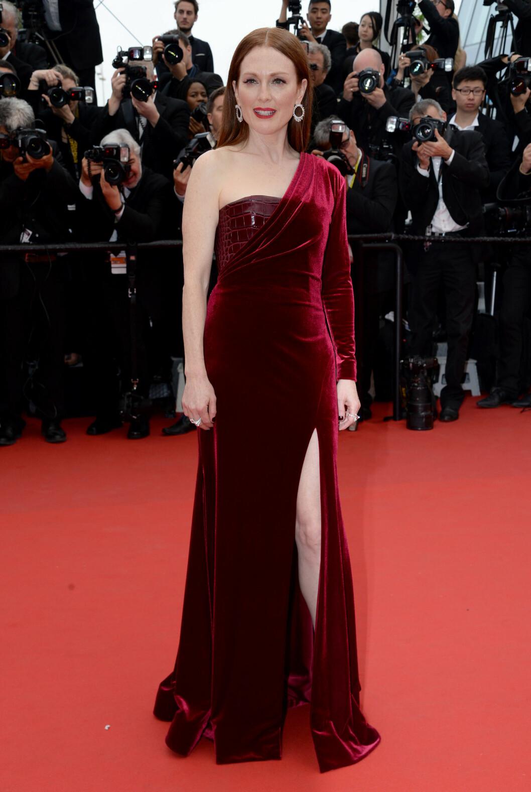 GIVENCHY: Kjolen til Moore er fra franske Givenchy. Foto: Abaca Scanpix
