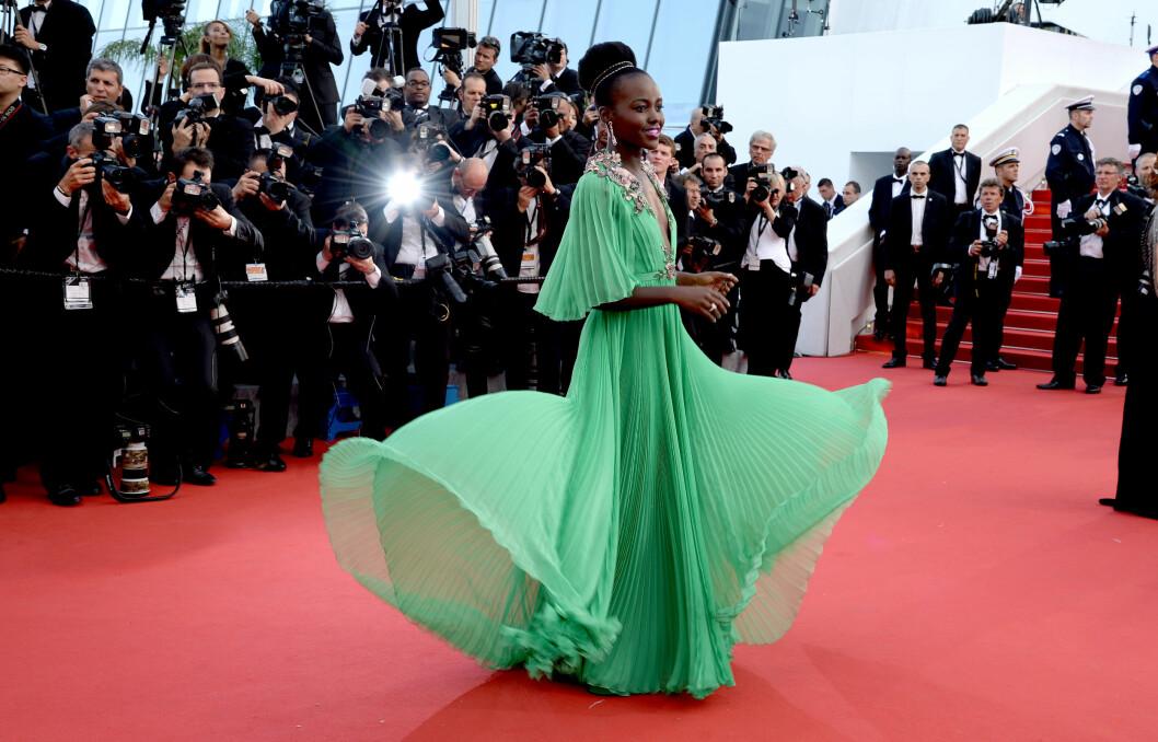 SE MIN KJOLE: Lupita Nyong'o er en favoritt blant fotografene. Foto: Abaca Scanpix