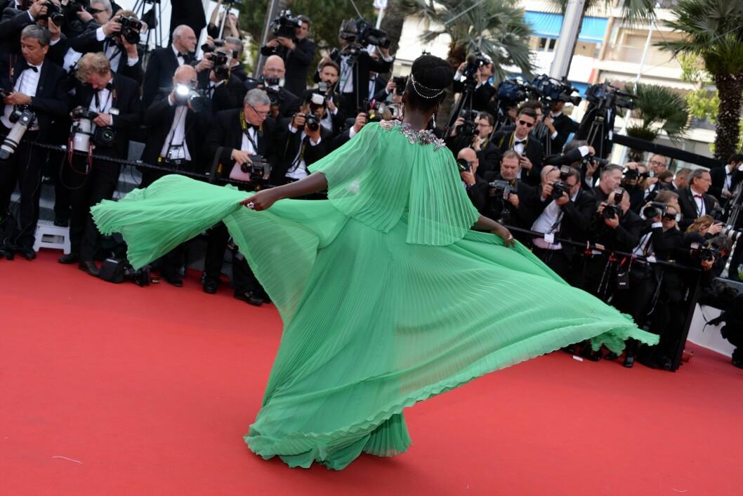 SMIL TIL KAMERA: Kjolen fra Gucci ga Lupita et hav av poseringer å bruke. Foto: Abaca Scanpix