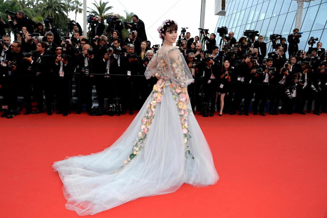 POSERER: Denne kjolen var snadder for fotografene som hadde møtt opp i Cannes. Foto: Abaca Scanpix