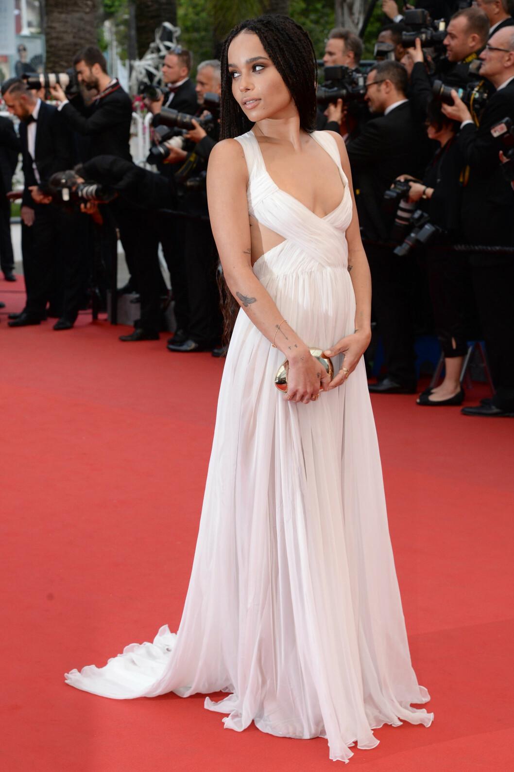 HVITT: Zoe Kravitz i kjole fra Valentino Haute Couture. Foto: Abaca Scanpix