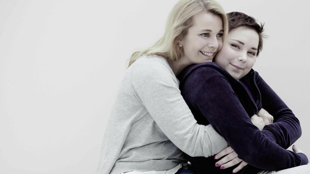 STÅR SAMMEN: Hilde Sønsteli har stått last og brast ved sin datters side etter at Ingvild ble alvorlig syk. Foto: Astrid Waller